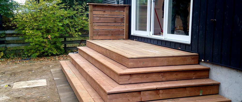 deck with wrap around stairway